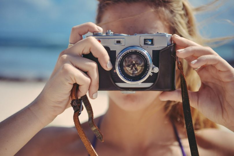 vrouw met camera die een foto maakt.