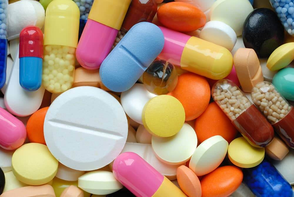 stapel met medicijnen voor op vakantie.