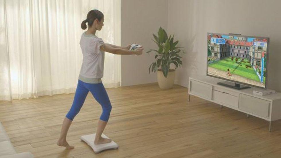 Doordat de sportschool overvol zit, gaat een vrouw met een spelcomputer sporten