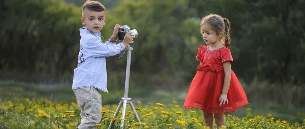 Twee jonge fotografen met een Canon camera. De foto's en video's die worden gemaakt worden automatisch op een SD kaart opgeslagen, zo kun je later nog genieten van de foto's.