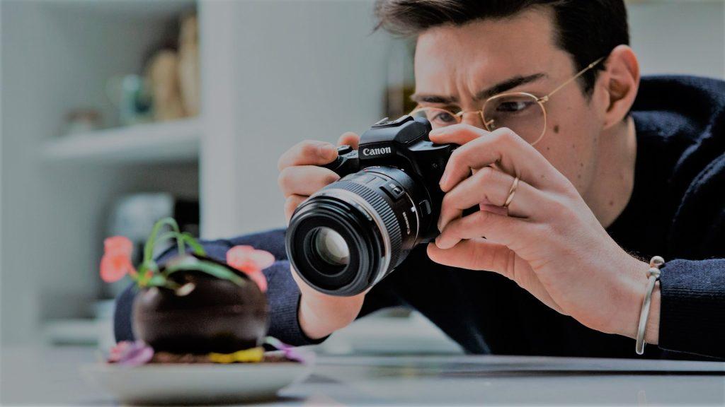 Een beginnende fotograaf met de Canon EOS M50.