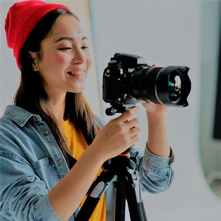 Een fotograaf met een Nikon camera. De foto's die worden gemaakt worden op een SD kaart opgeslagen en kunnen zo later worden bekeken.